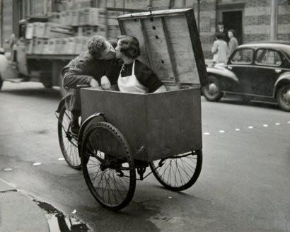 Doisneau (1912-1994) -baiser 1950.jpg