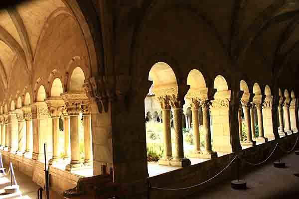 Elne  - galerie est du 14ème et nord  du 13ème siècle -0891.jpg