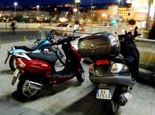 blog - motos - un soir place Bellecour.jpg