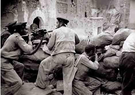 Centelles - barricade dans le village de Belchite sur le front d'Aragon en 1937.jpg