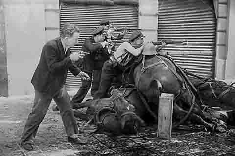 Centelles - gardes de la Generalitat retranchés derrière des chevaux morts -Barcelone 1936.jpg