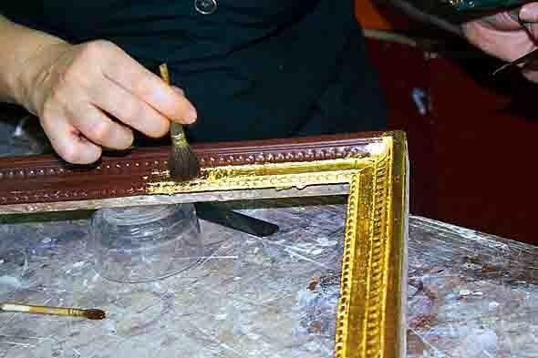 application de la feuille d'or avec un pinceau en poil de  sanglier - 9431.jpg