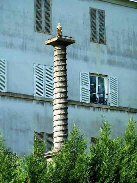 blog - maison religieuse - colonne et statue - 929.jpg